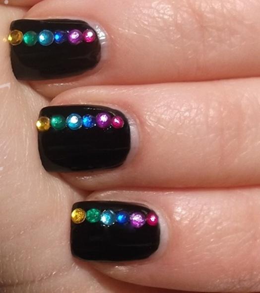 Легкий дизайн ногтей со стразами фото